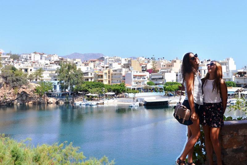Merginos, stovinčios Graikijos prieplaukoje