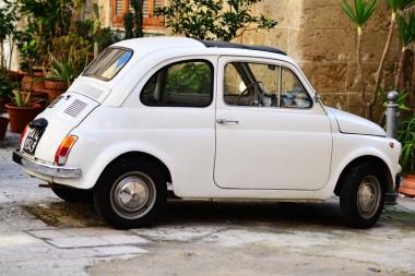 Baltas automobilis Bario senamiestyje