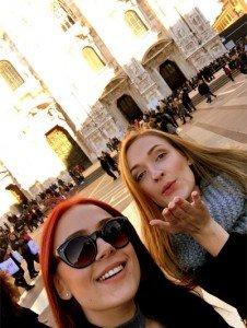 Dvi merginos prie Milano Duomo katedros
