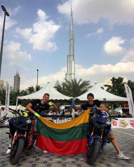 Lietuvos stuntrideriai Dubajuje su Lietuvos vėliava