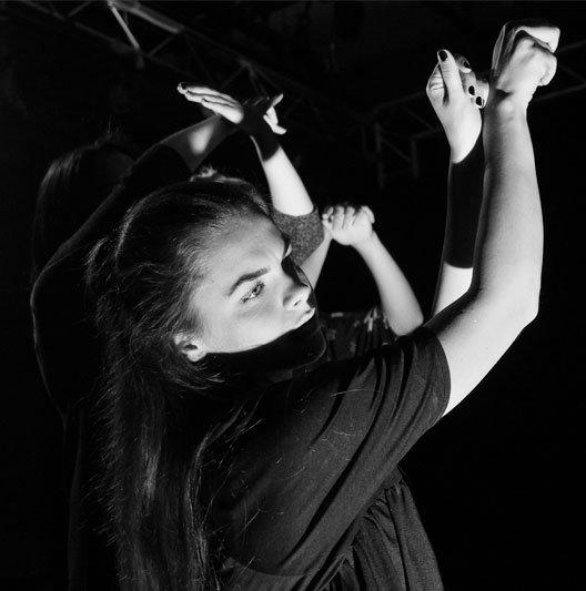 Merginų rankos, šešėlių teatras