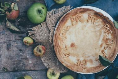 Naminis obuolių pyragas ant stalo
