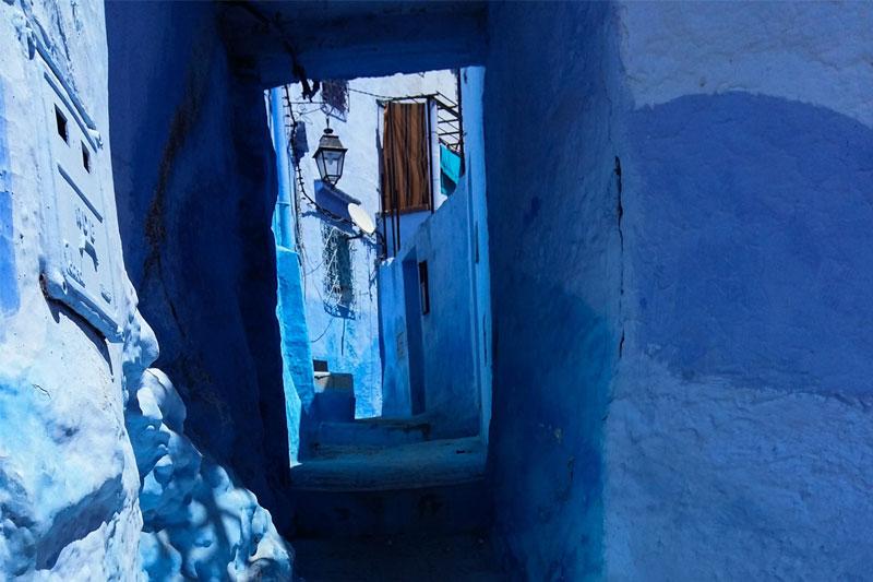 Siaura mėlyna gatvelė