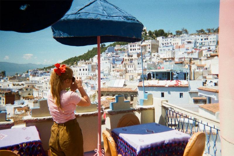 Fotografuojanti mergina Maroko panoramoje.