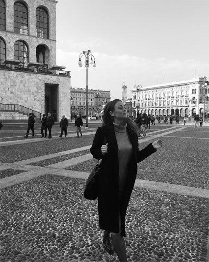 Mergina prie Milano Katedros