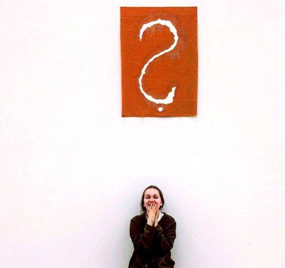 Mergina besijuokianti muziejuje Austrijoje