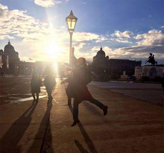 Viena, Austrija, centre saulės šešėlyje šokanti mergina