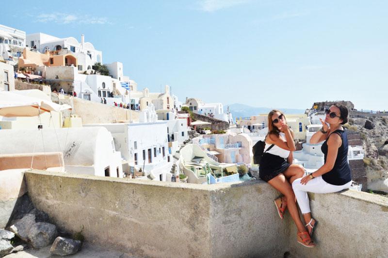 Keliautojos siunčiančios oro bučinius Santorini saloje