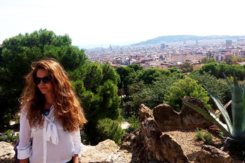 Mergina ir Barselonos panorama