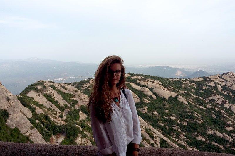 Mergina grožisi Barselonos kalnais ir gamta