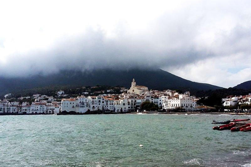 Rūke paskendęs miestas ir rami jūra