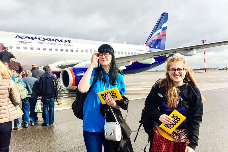 Merginos prie Aeroflot lektuvo
