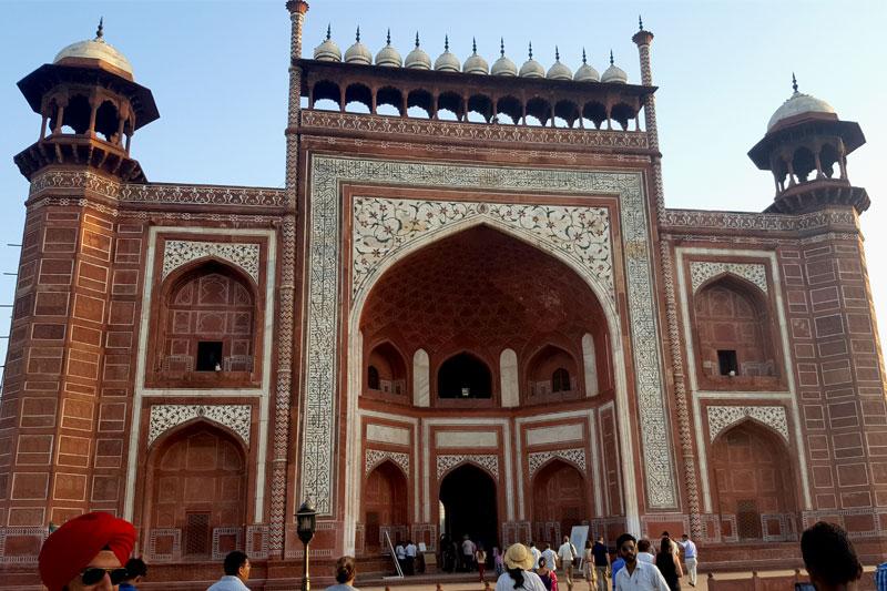 Agra, vienas iš 4 Taj Mahal įėjimų, išpuoštas ornamentais