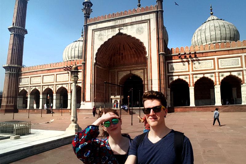 Mergina ir vaikinas keliauja Indijoje, Delyje
