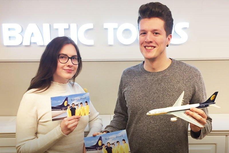 Indijos konkurso laimėtojai atsiema bilietus Baltic Tours biure