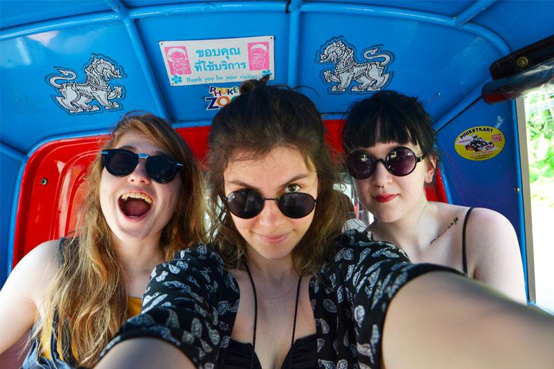 Trys merginos keliauja tuk tuku