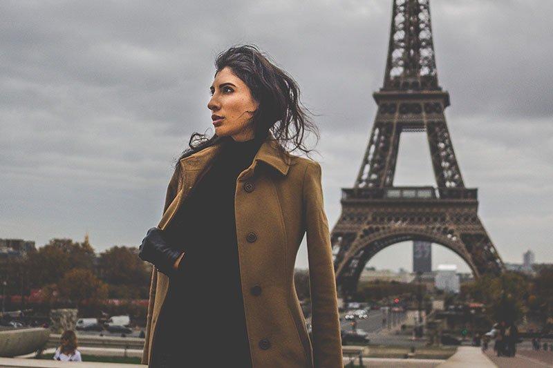 Mergina prie Eifelio bokšto
