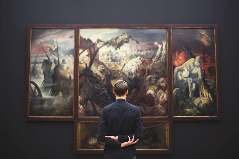 Vyras žiūri į paveikslą