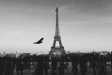 Žmonių minia prie Eifelio bokšto