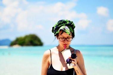 Mergina Krabi saloje