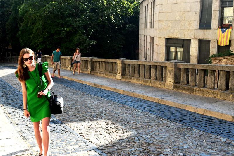 Mergina Ispanijoje su žalia suknele