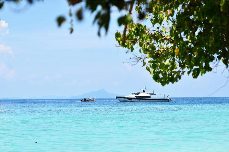 Tailande plaukiantis laivelis