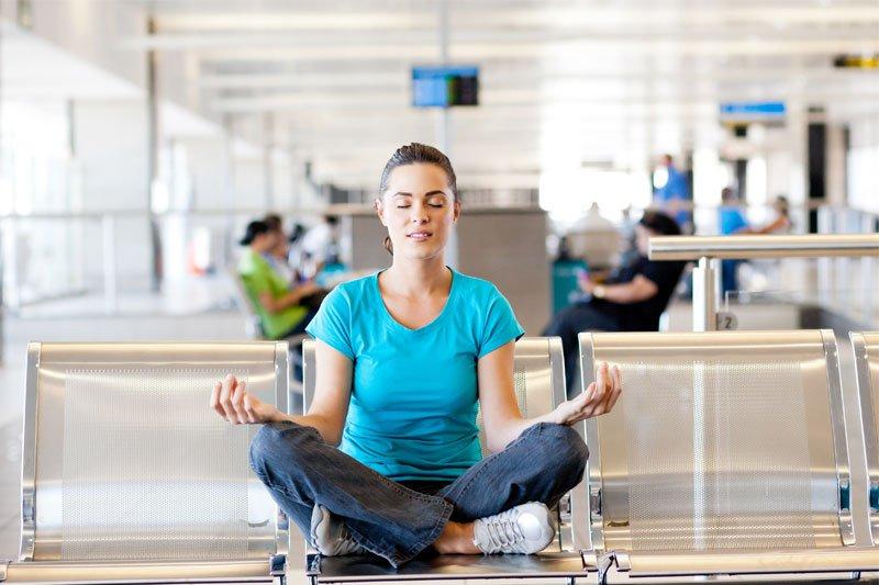 Mergina medituoja oro uoste
