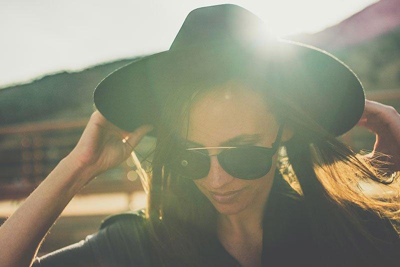 Mergina su skrybėle