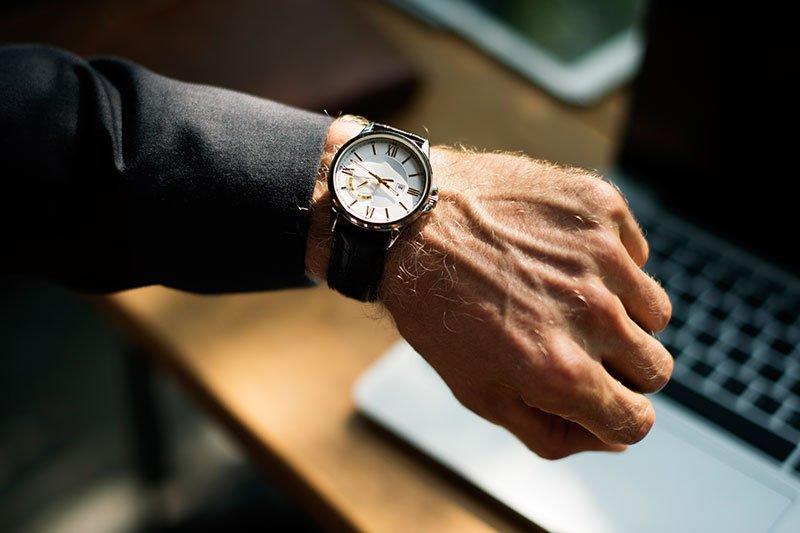 Vyras su laikrodžiu