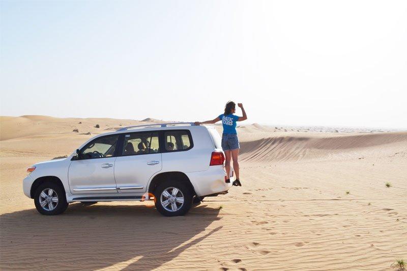 Mergina Dubajaus papludimyje