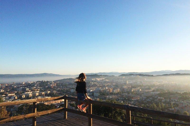 Mergina stebinti miesto panoramą