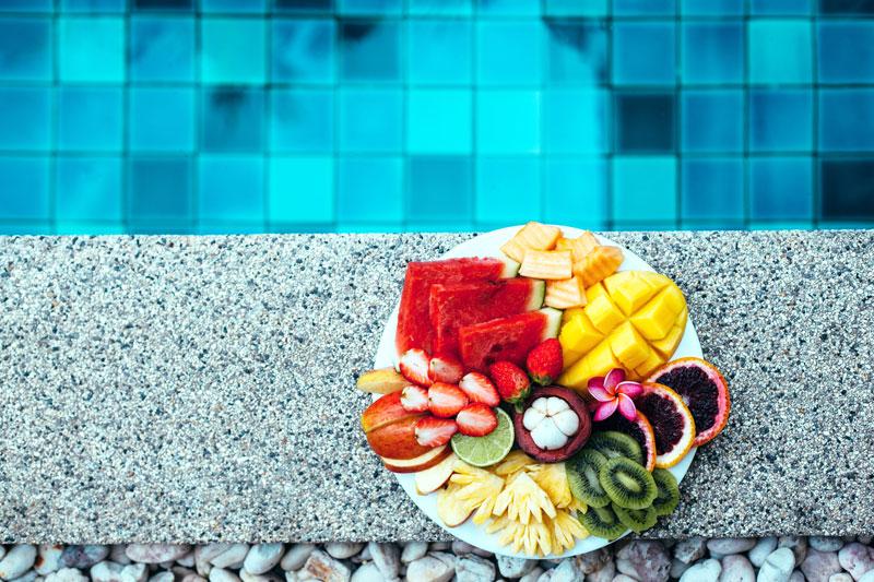 Vaisių lėkštė ant baseino krašto
