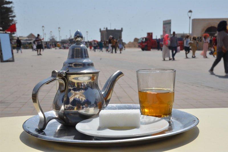Mėtų arbata, sidabrinis servisas, didelis cukraus kiekis arbatos puodeliui