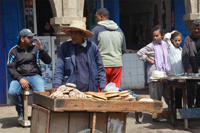Duoną pardavinėjantis turgaus prekeivis, Marokas