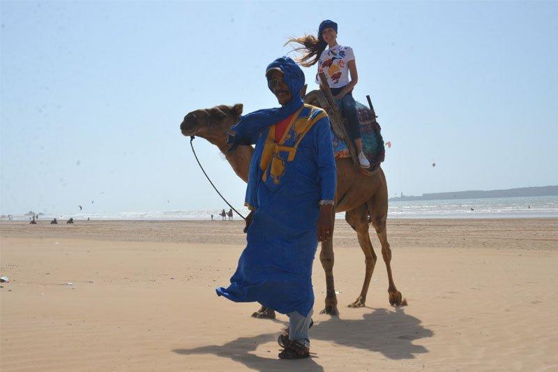Mergina ant kupranugario, marokietis, Maroka