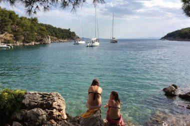 Merginos Kroatijos pakrantėje